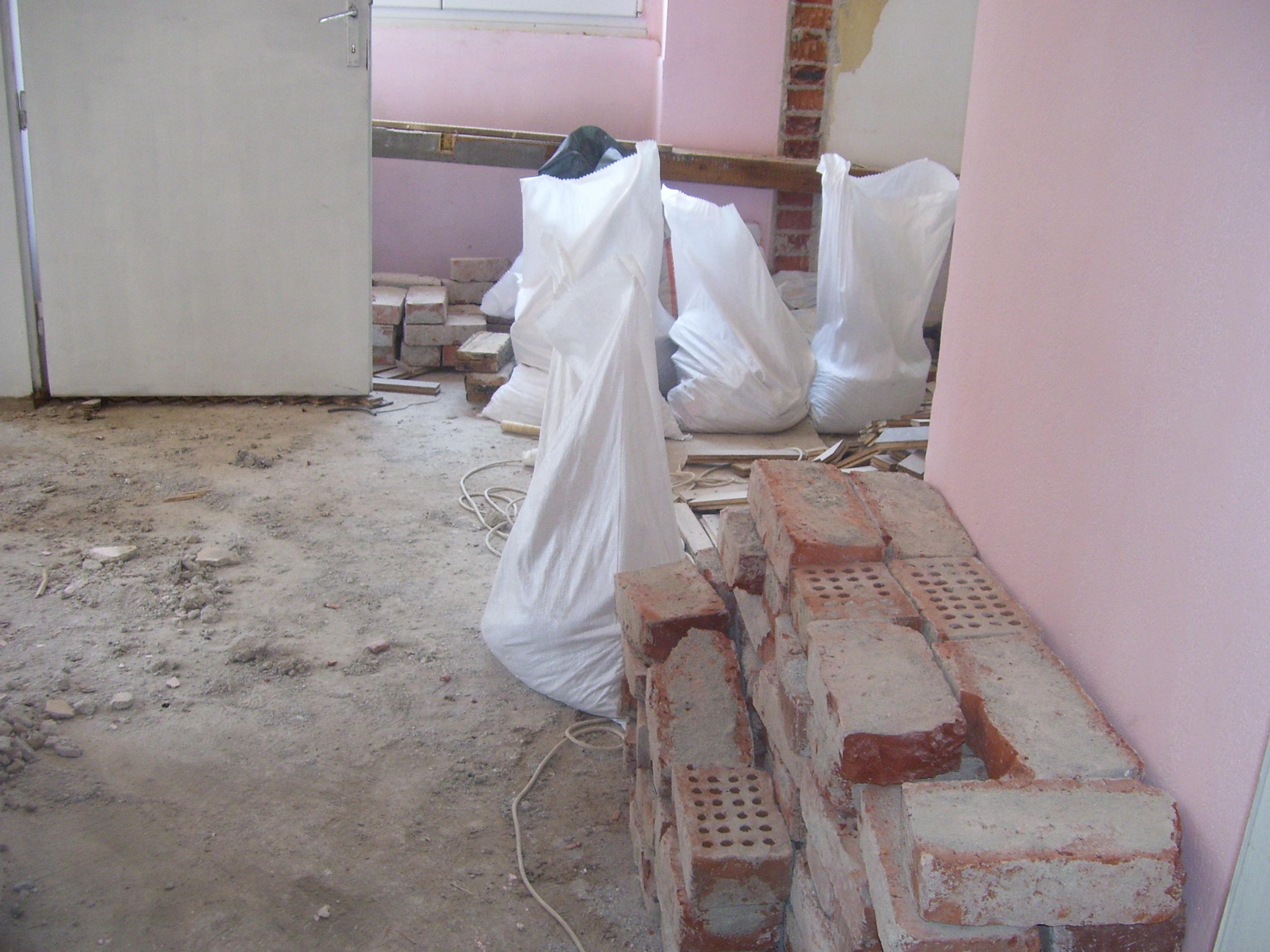 Изхвърляне и извозване на строителни отпадъци